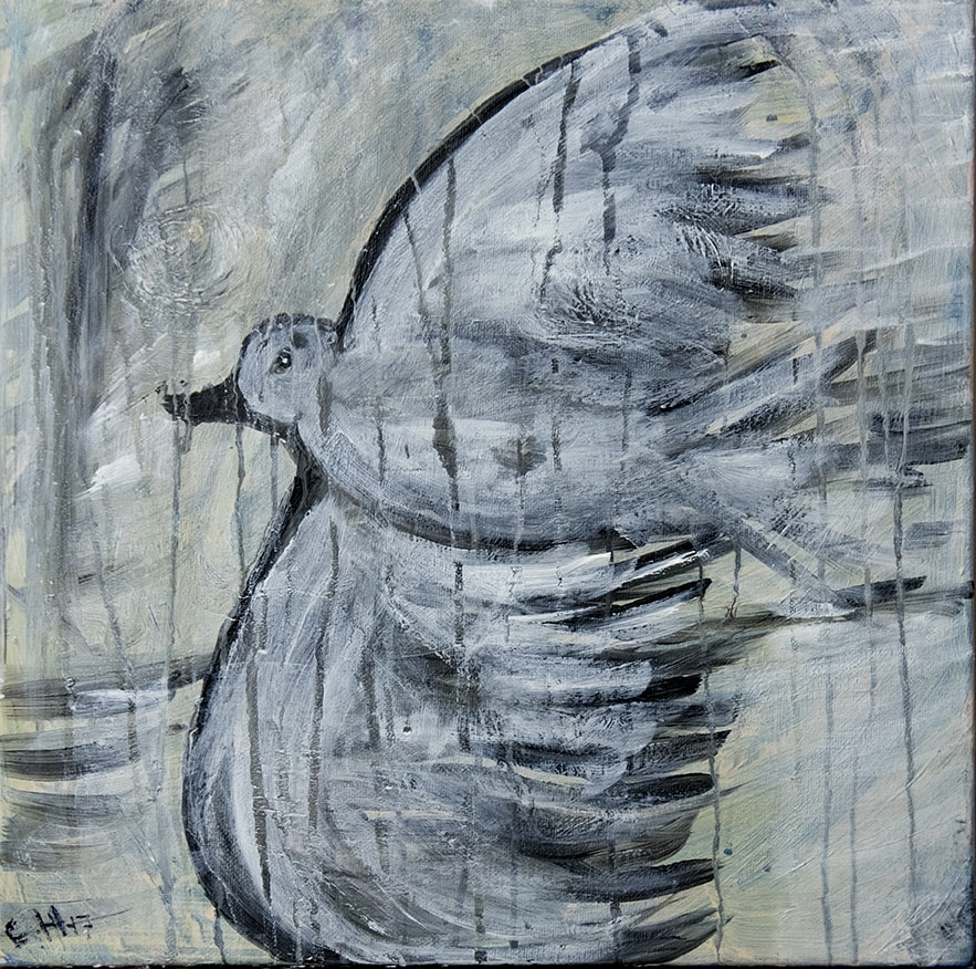 Måleri En flygande fågel. En duva fyller hela bilden, den flyger vänd så att vingarna sträcker sig uppåt och nedåt, kroppen i mitten är rundad och avlång.   Duvan är målad med svart färg som sedan är övermålad med vit färg, på ett sådant sätt att det ser ut som en massa gråa fjädrar. Den har en svart näbb och svart öga. Duvan flyger högt upp i luften och spänstiga penseldrag i en blandning av grå, vit och gul färg i ljusa toner skapar en känsla av fart och luft.