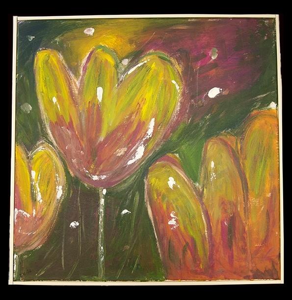 Måleri Tre tulpaner.   Bilden visar blommorna nära, de är stora och fyller nästan hela bilden.  Två av dom är så stora att de fortsätter utanför bilden, en står i mitten, penseldragen är kraftfulla.  Alla tulpanerna har en varm gul färg, med flera nyanser av rött mot mitten.  Färgen ger ljus inifrån, de lyser där de står mot den gräsgröna mörka bakgrunden.   Det finns en skugga över bilden, kanske kommer den från ett moln? Längre bort finns ett solljus, i en gul och en kall röd färg. Oregelbundet utspridda vita små färgfläckar skapar en känsla av vind och rörelse i bilden.